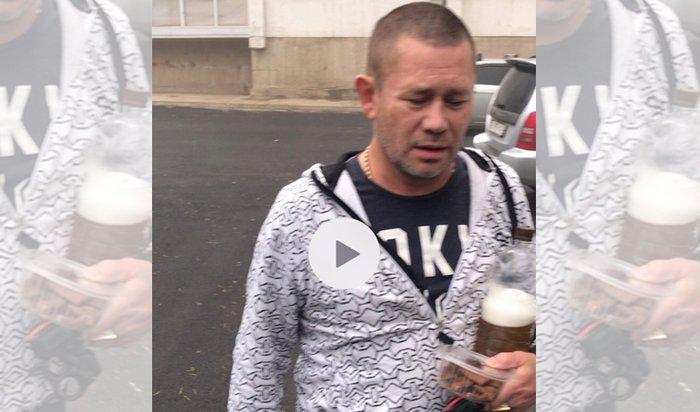 Пьяный водитель протаранил три машины напридомовой парковке вИркутске (Видео)