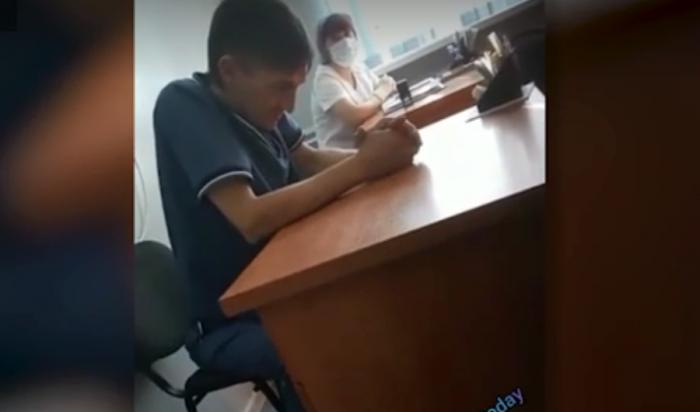 Пьяный российский врач прописал ребенку мазать гипс мазью и был уволен (Видео)