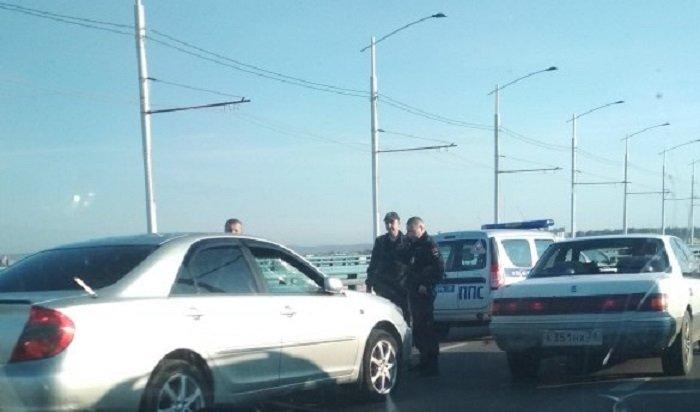 Нездоровый пешеход устроил разборки сводителем наАкадемическом мосту вИркутске (Видео)