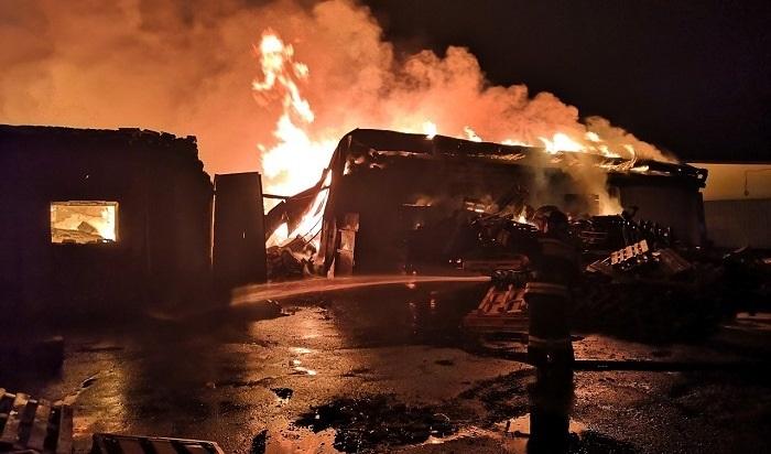 Два крупных пожара тушили вИркутске ночью 27сентября