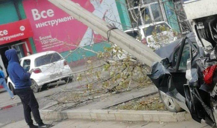 Автоледи зарулем Mazda Demio пострадала при столкновении сфурой вИркутске (Видео)