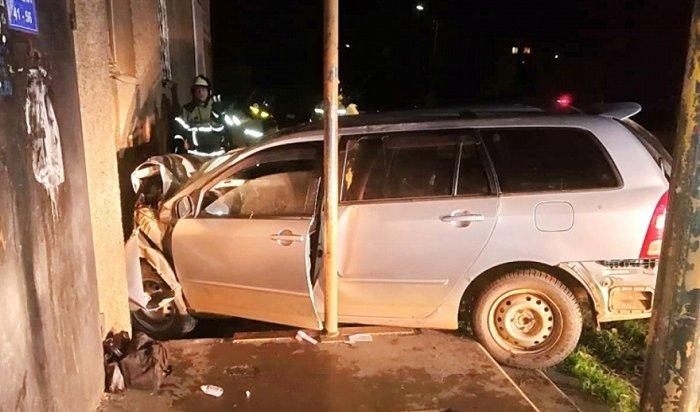 Вцентре Братска автомобиль Toyota Fielder врезался встену многоэтажки, погиб водитель