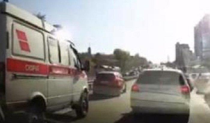 Блондинку зарулем оштрафовали вИркутске зато, что она неуступила дорогу скорой помощи (Видео)