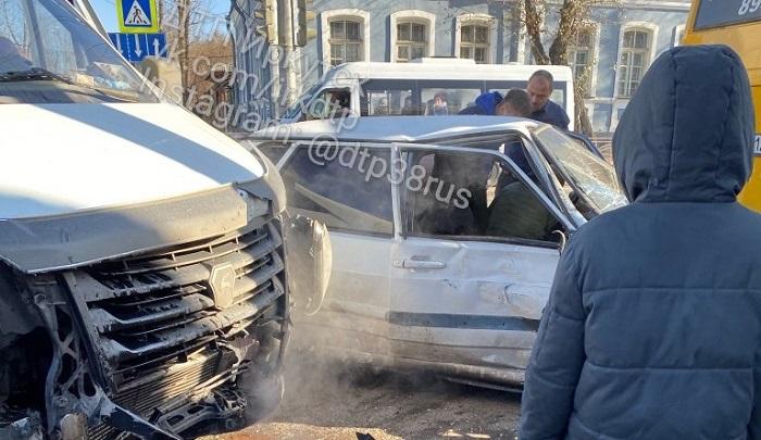 ДТП сучастием маршрутки иавтобуса случилось вИркутске (Видео)