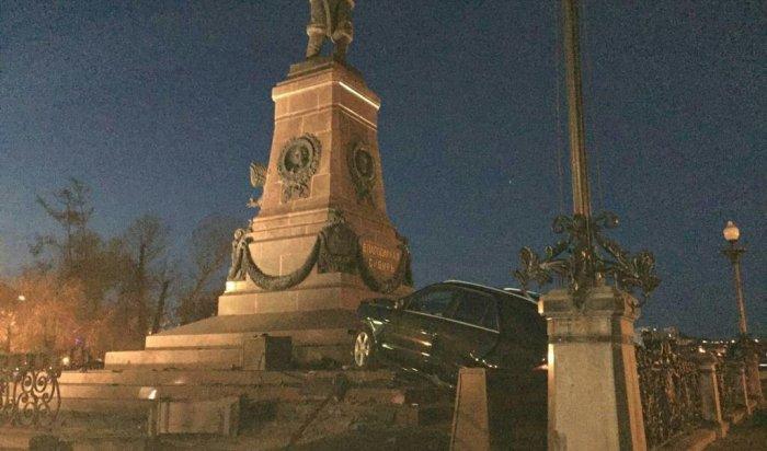 Водитель Mercedes-Benz врезался в памятник Александру Третьему в Иркутске (Видео)