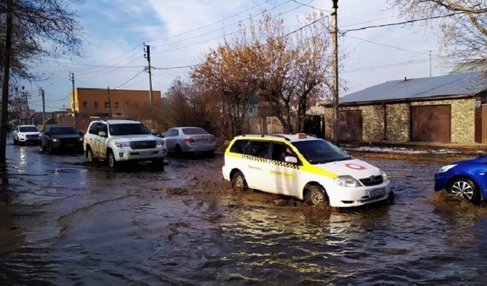 Водопровод прорвало наулице Красноярской вИркутске (Фото+Видео)