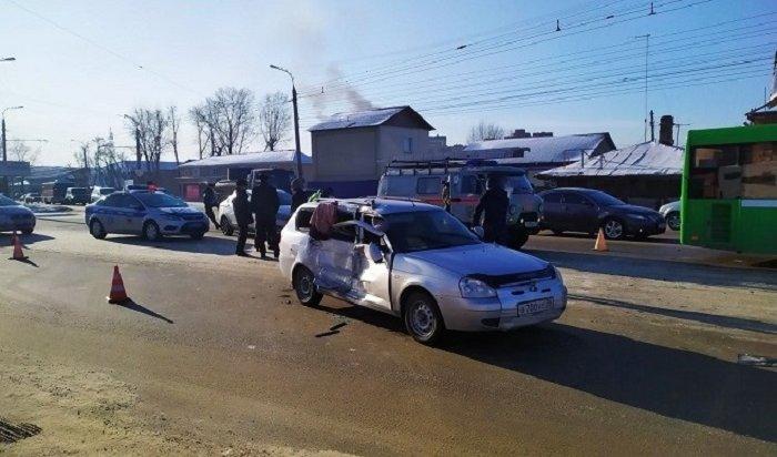 Пассажирка автомобиля LADA Priora погибла при столкновении савтобусом №8 вИркутске (Видео)