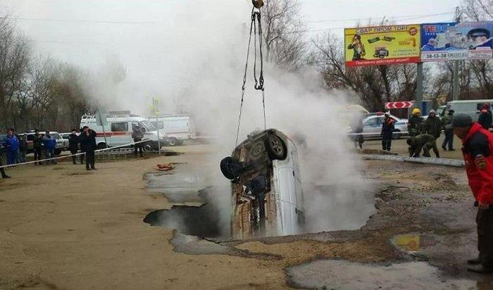 Автомобиль LADA Largus провалился вяму скипятком вПензе— два человека погибли