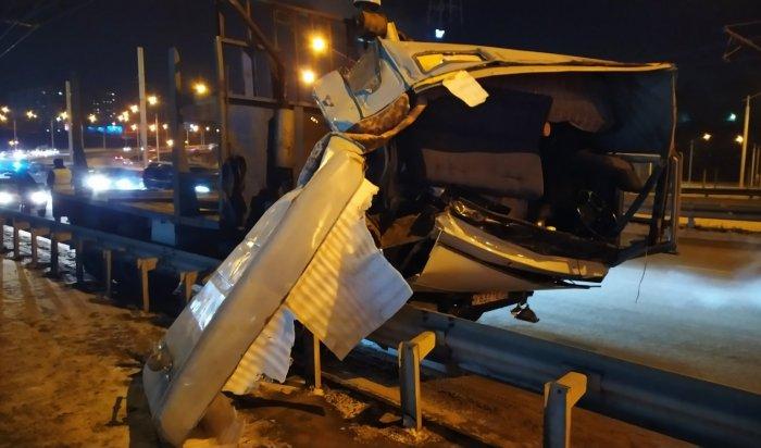 Один человек погиб при столкновении КАМАЗа сToyota RAV4наАкадемическом мосту (Видео)