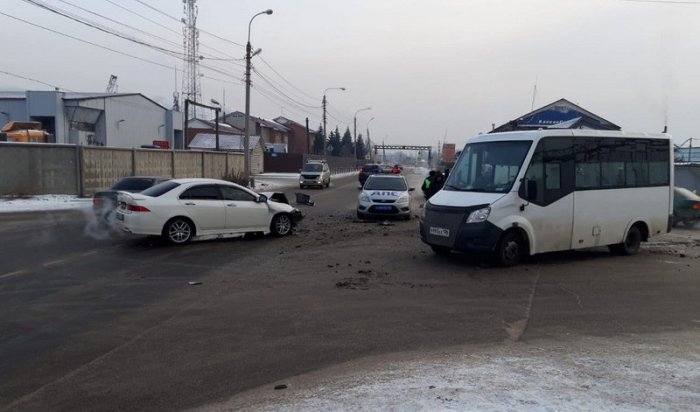 Маршрутка иHonda столкнулись вИркутске утром 30ноября