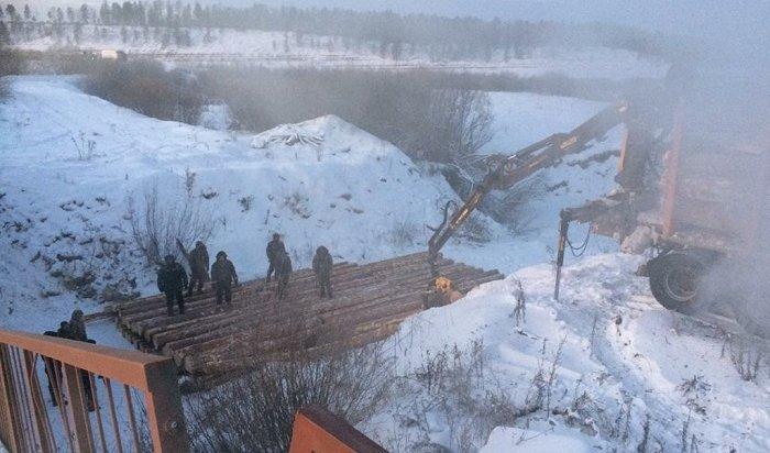 ВКиренском районе восстановили движение транспорта после разрушения моста (Видео)