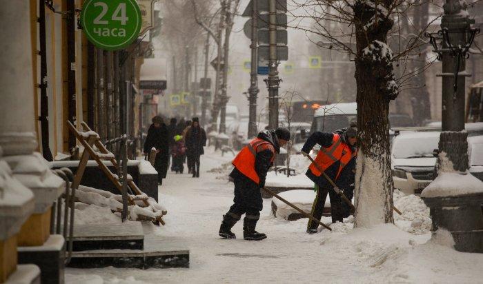 Более 320дворников ежедневно убирают отснега дворы вОктябрьском округе Иркутска