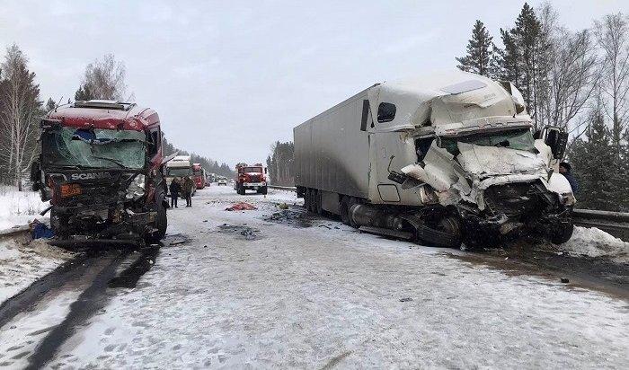 Две фуры столкнулись вИркутской области— один человек погиб