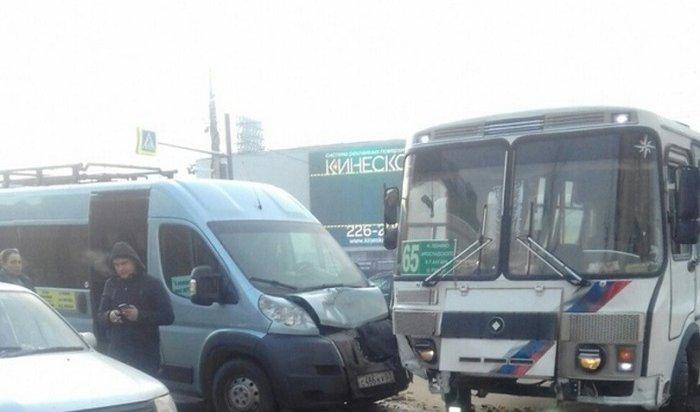 Маршрутка столкнулась спассажирским автобусом вцентре Иркутска (ВИДЕО)