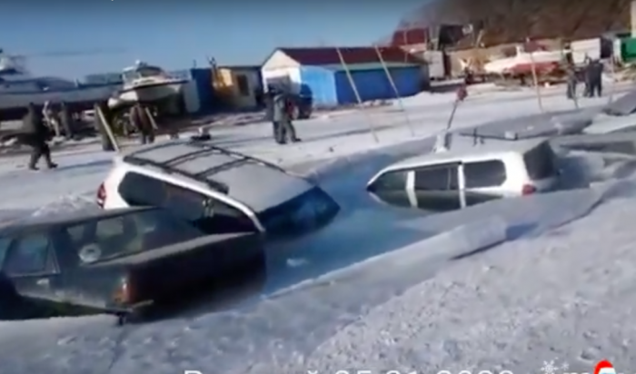 Почти 30машин частично провалились под лёд вПриморском крае (Видео)
