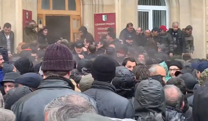 Протестующие захватили здание администрации президента Абхазии (Видео)