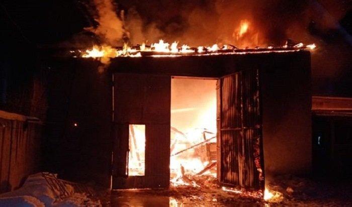 Два грузовика сгорели вгараже вАнгарске