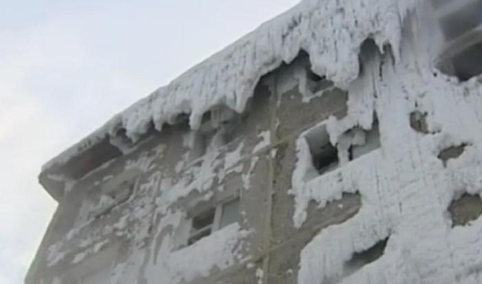 Мэрия Иркутска обратила внимание напять семей, живущих вобщежитии-«айсберге»