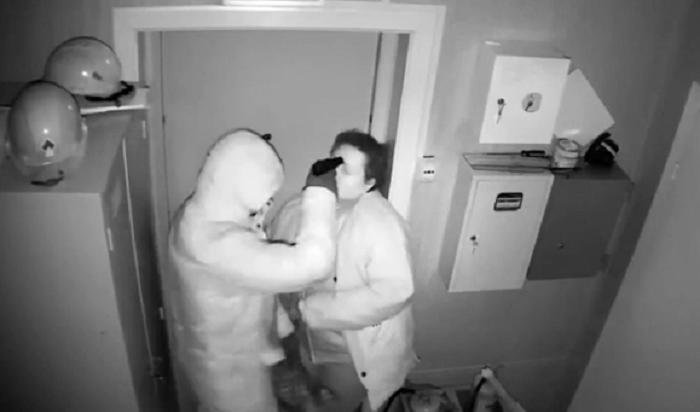 Женщина-кассир иеезнакомый разыграли вооруженное нападение наАЗС вИркутске (Видео)