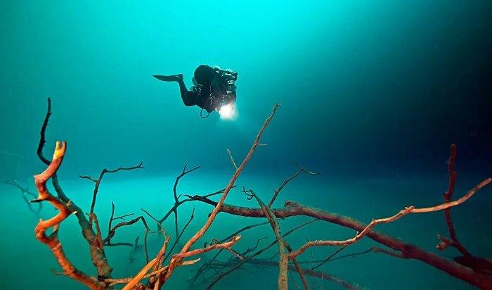 Иркутский дайвер нашел ящик спатронами надне Ангары