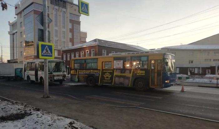 Водителя автобуса №90, сбившего женщину-пешехода вцентре Иркутска, оштрафовали