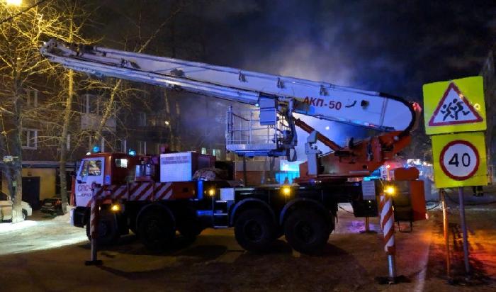 ВИркутске изгорящего дома спасли 30человек