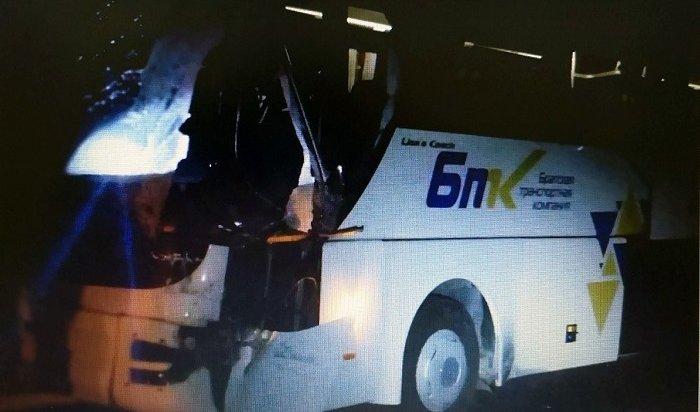 Рейсовый автобус столкнулся сгрузовиком вИркутской области