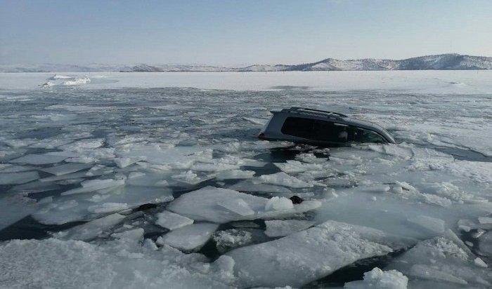 Автомобиль Lexus провалился под ледБайкала