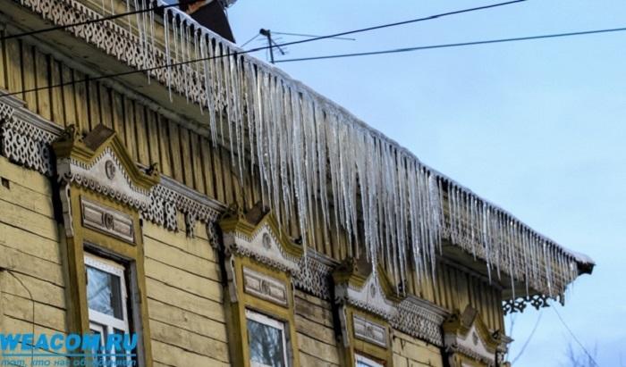 СКпроводит проверку после падения глыбы льда наженщину скрыши дома вИркутске