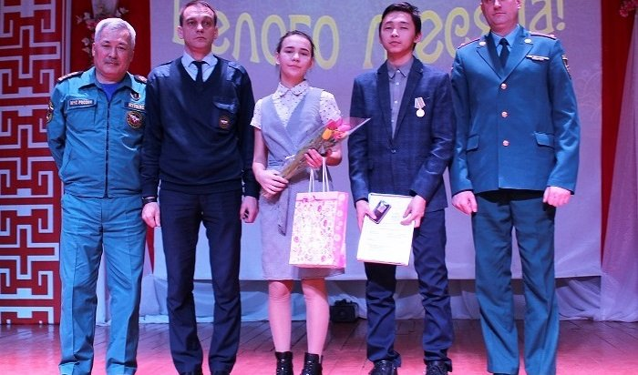 ВНовонукутске наградили выпускника, который спас двух тонущих школьниц