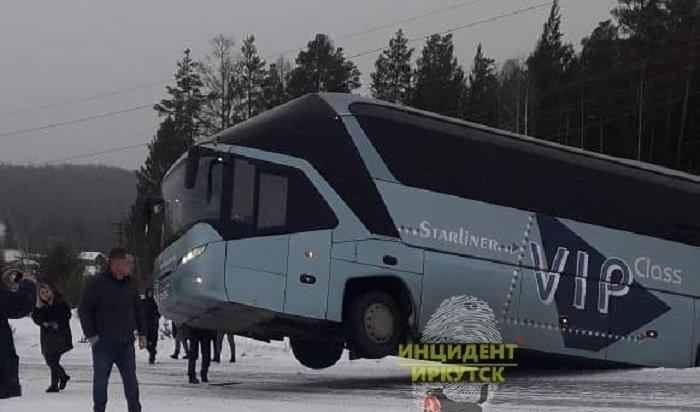 Пассажирский автобус «Братск— Усть-Илимск» занесло вкювет (Видео)