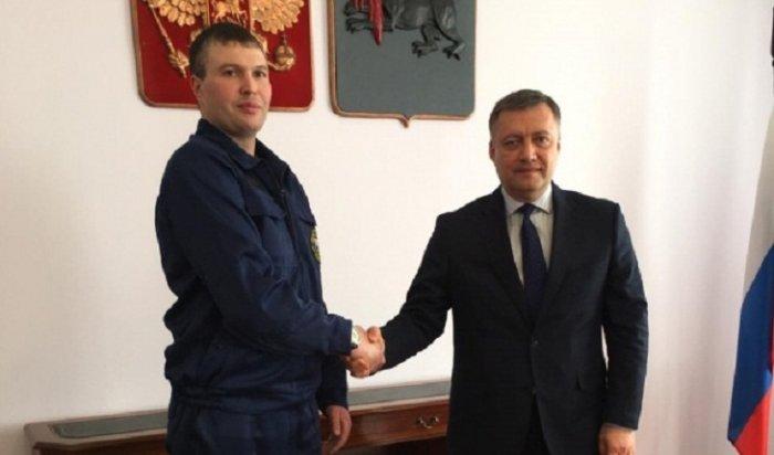 Игорь Кобзев наградил иркутянина, спасшего девушку отпадения с14-го этажа