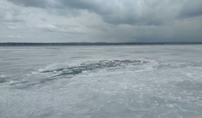 Внедорожник срыбаками провалился под лед наИркутском водохранилище