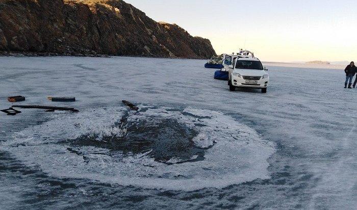 Внедорожник провалился под тонкий лед наБайкале