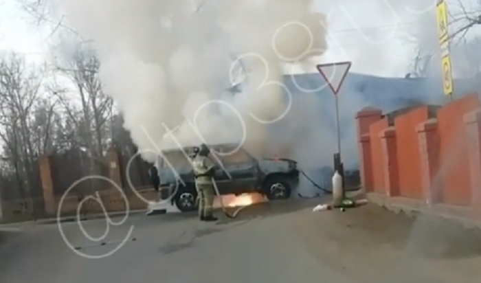 Автомобиль УАЗ горел наулице 5-й Летчиков вИркутске (Видео)