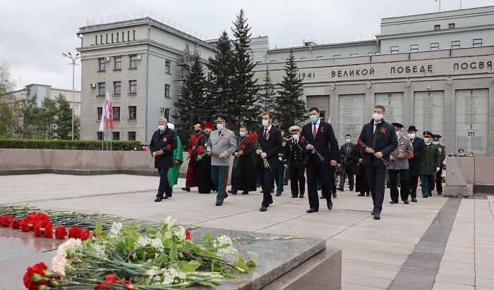 Первые лица Иркутска иПриангарья возложили цветы кмемориалу «Вечный огонь Славы»