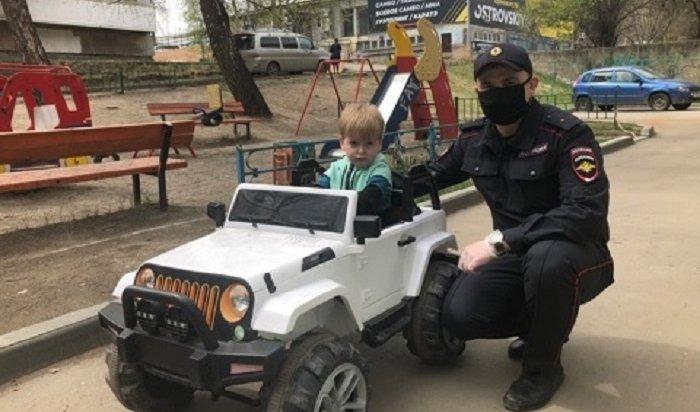 Два иркутянина похитили детский автомобиль изподъезда многоэтажки (Видео)