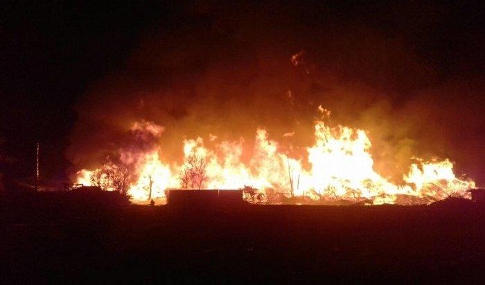 Отходы лесопиления загорелись вСвирске наплощади 1,8тысячикв.метров