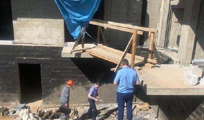 Рабочий погиб, упав совторого этажа настройплощадке вИркутске