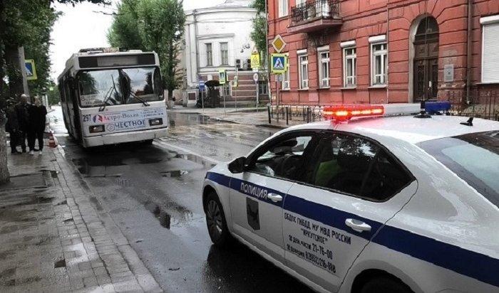 Беременная женщина попала под колеса троллейбуса напешеходном переходе вцентре Иркутска