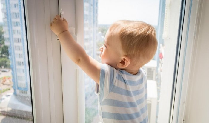 Трехлетний мальчик выпал изокна второго этажа вУсть-Илимске