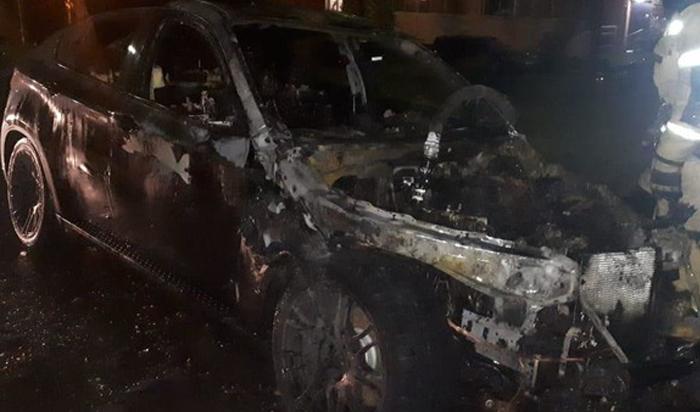 BMW X6сгорел вИркутске ночью 17июня