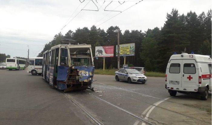 ВАнгарске грузовик перевернулся при столкновении страмваем
