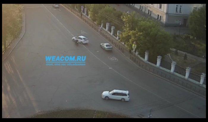 Момент ДТП смотоциклистом попал навидео онлайн-камеры WEACOM.RU