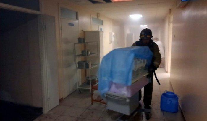 Пациентов иперсонал эвакуировали изроддома вУсть-Ордынском из-за задымления