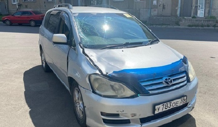 Водитель Toyota Ipsum сбил двух пешеходов вАнгарске иуехал сместа ДТП