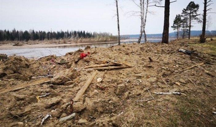Гробы иостанки умерших обнаружили наберегу реки вИркутской области