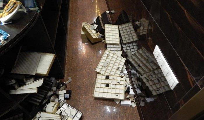 ВУсолье неизвестные похитили украшений на10млн рублей изювелирного магазина (Видео)