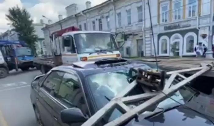 Стрела эвакуатора упала наавтомобиль Toyota Chaser вцентре Иркутска