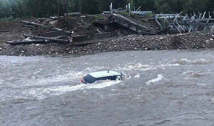 Автомобиль Nissan снесло вреку смоста вовремя ливня вБайкальске (Фото)
